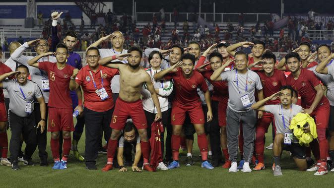 Para pemain dan official Timnas Indonesia U-22 merayakan kemenangan atas Myanmar U-22 di Stadion Rizal Memorial, Manila, Sabtu (7/12). Indonesia menang 4-2 atas Myanmar. (Bola.com/M Iqbal Ichsan)