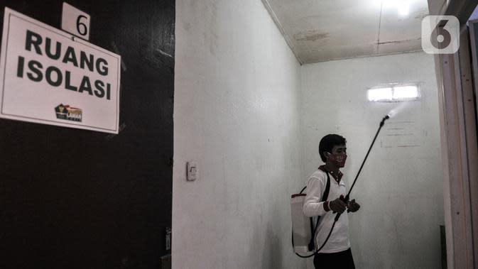 Anggota Lembaga Keswadayaan Masyarakat (LKM) mendisinfeksi kamar isolasi COVID-19 di RW 05 Kelurahan Kuningan Barat, Jakarta, Kamis (27/8/2020). Ruang isolasi tersebut dilengkapi tempat tidur, lemari, hingga kamar mandi. (merdeka.com/Iqbal S. Nugroho)
