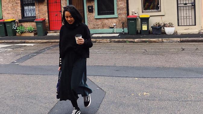 Meski pakai outift serba hitam, Nabila Faisal tetap cantik dan memesona. Padukan turtle neck warna hitam dengan rok senada, gaya chic Nabila makin lengkap dengan sepatu sneakers. (Liputan6.com/IG/@fastynabila)