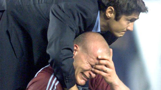 Penyerang Bayern Munchen, Carsten Janker, menangis usai ditaklukkan Manchester United pada laga final Liga Champions di Stadion Camp Nou, Barcelona (26/5/1999). Manchester United menang 2-1 atas Bayern Munchen. (AFP/Patrick Hertzog)