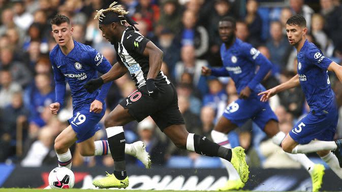 Pemain Newcastle United, Allan Saint-Maximin, berusaha melewati pemain Chelsea pada laga Premier League 2019 di Stadion Stamford Bridge, Sabtu (19/10). Chelsea menang 1-0 atas Newcastle United. (AP/Steven Paston)