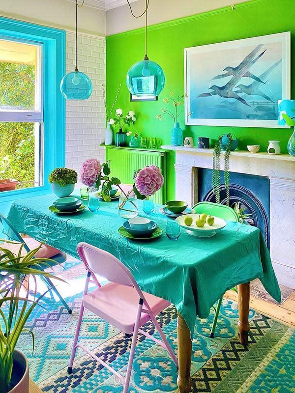 Perempuan di Inggris, Anna Jacobs, menyulap apartemennya jadi penuh warna. (dok. Instagram @annalysejacobs/https://www.instagram.com/p/CEn7i3DHIQr/