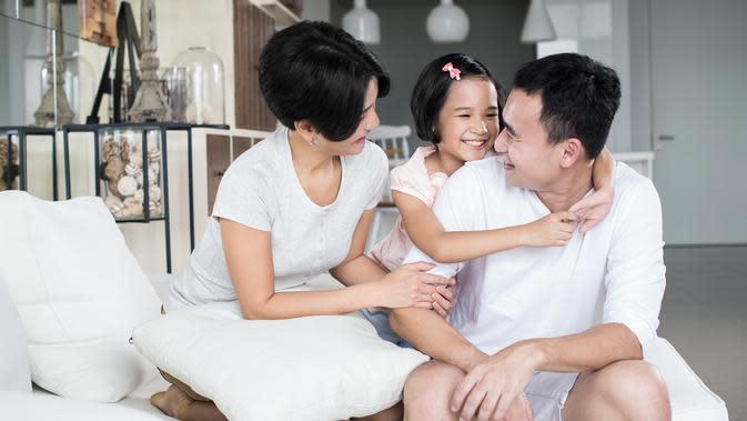 Lihat kemampuan mengurus anak. ilustrasi keluarga bahagia/copyright By bearinmind (Shutterstock)