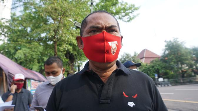 Wali Kota SOlo FX Hadi Rudyatmo saat akan melepas kelulusan pemudik yang menjalani karantina di Graha Wisata Niaga Solo, Kamis (7/5).(Liputan6.com/Fajar Abrori)