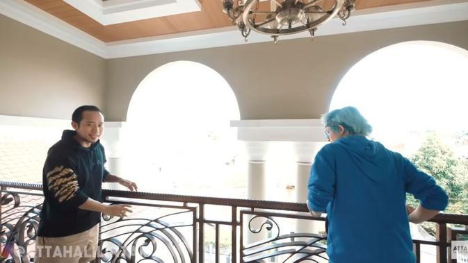 Kamar di rumah Denny Cagur. (YouTube/Atta Halilintar)
