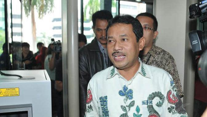 Senin (13/01/14), Bupati Bogor, Rachmat Yasin mendatangi gedung KPK untuk diperiksa sebagai saksi terkait kasus Hambalang (Liputan6.com/Johan Tallo)
