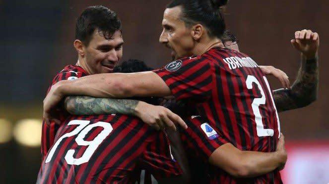 Bomber AC Milan, Zlatan Ibrahimovic rayakan gol bersama rekan-rekannya.