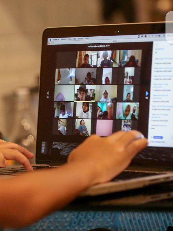 Siswa sekolah dasar belajar online menggunakan aplikasi Zoom Cloud Meetings di Pamulang Tangerang Selatan, Kamis (2/4/2020). Gelombang work from home (WFH) membuat kebutuhan terhadap aplikasi video conference meningkat saat pandemi Corona Covid-19. (Liputan6.com/Fery Pradolo)