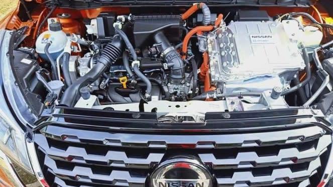 Mesin dan komponen kelistrikan Nissan Kicks di kap depan