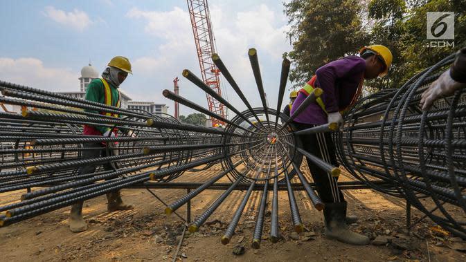 Pekerja merangkai besi baja untuk proyek renovasi Masjid Istiqlal, Jakarta, Rabu (17/7/2019). Proyek renovasi Masjid Istiqlal yang dikerjakan PT Waskita Karya dengan nilai kontrak keseluruhan sebesar Rp 465.300.998.000 proses pengerjaannya baru mencapai 2,1 persen. (Liputan6.com/Fery Pradolo)