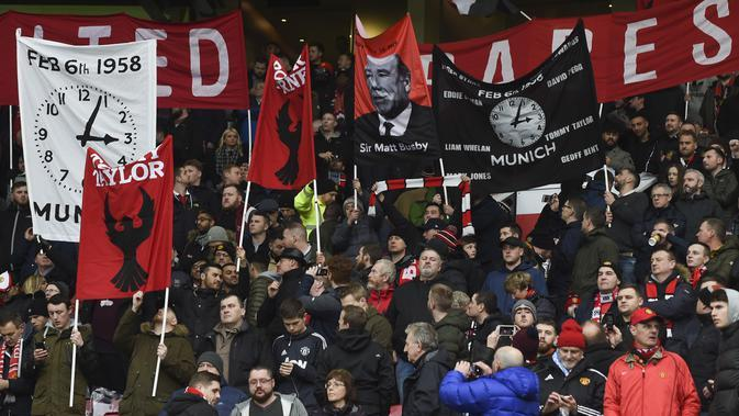 Fans membentangkan spanduk memperingati 60 tahun tragedi Munich Air 1958 saat laga Manchester United melawan Huddersfield Town di Old Trafford, Manchester, (3/2/2018). MU menang 2-0. (AFP/Paul Ellis)