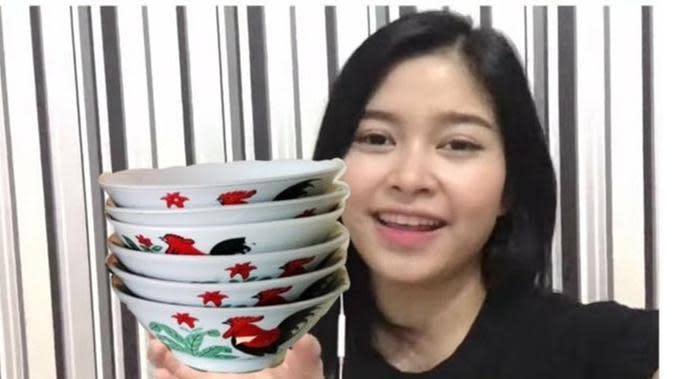 Minta Foto Amel JKT48 Diedit Pegang Sesuatu, 6 Kreasi Netizen Ini Kocak (sumber: Twitter.com/siorangjeleq)