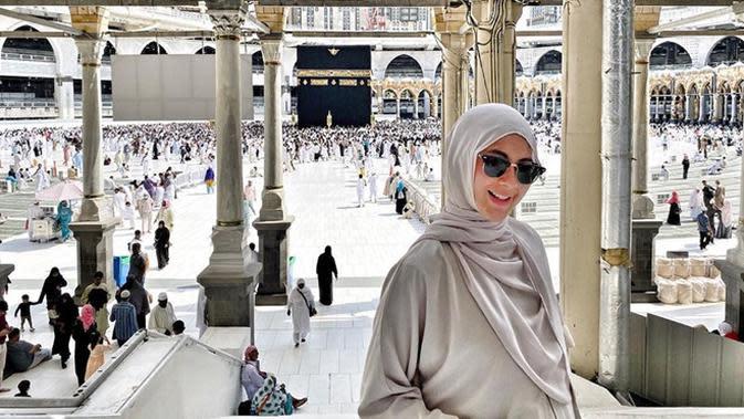Tampil beda dengan hijab di aqiqah anak, Ini potret Paula Verhoeven saat pakai hijab. (Sumber: Instagram/@paula_verhoeven)