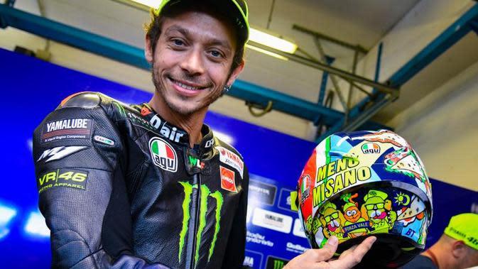 Valentino Rossi memamerkan helm desain khusus untuk MotoGP San Marino. (MotoGP)