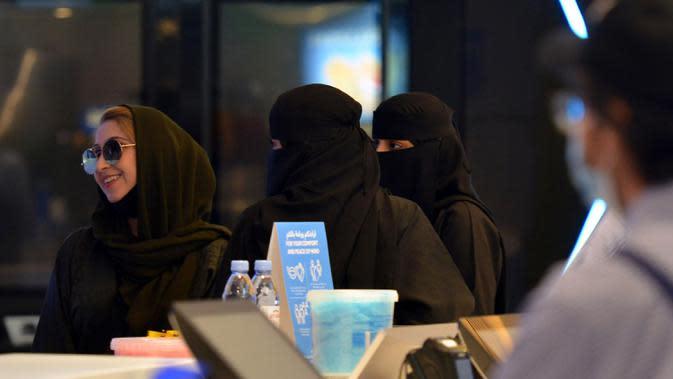 Perempuan Saudi tiba untuk menonton film di sebuah bioskop di ibu kota Riyadh (22/6/2020). Pemerintah Arab Saudi membuka kembali bioskop setelah melonggarkan lockdown Covid-19. (AFP Photo/Fayez Nureldine)