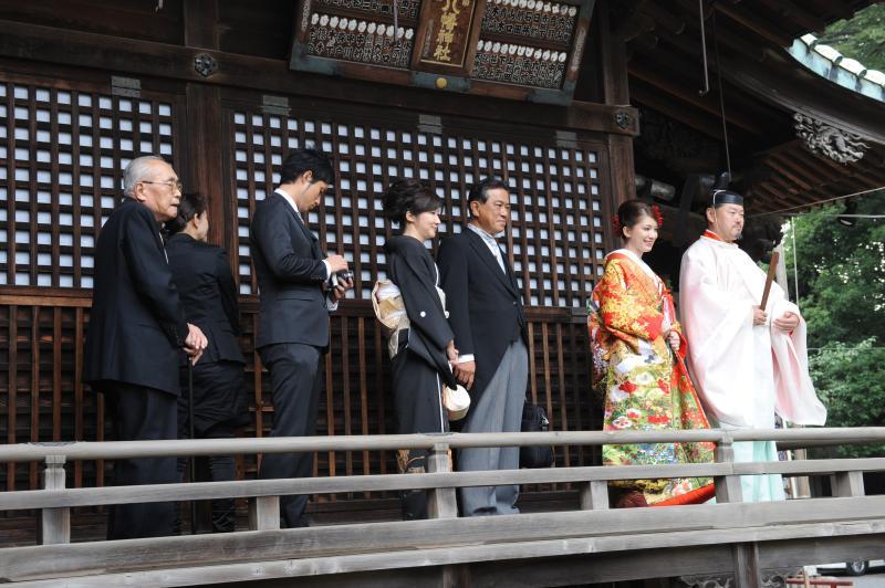 Saori entering the shrine with her family. [Photo: Saori Tanoue]