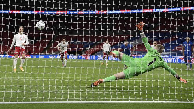 Gelandang Denmark, Christian Eriksen, mencetak gol ke gawang Inggris pada laga UEFA Nations League di Stadion Wembley, Kamis (15/10/2020). Denmark menang dengan skor 1-0. (Daniel Leal-Olivas/Pool via AP)