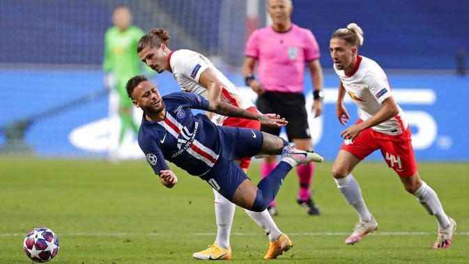 Pemain Paris Saint-Germain (PSG), Neymar, terjatuh saat berebut bola dengan pemain RB Leipzig pada laga semifinal Liga Champions di Stadion The Luz, Rabu (19/8/2020). PSG menang dengan skor 3-0. (AP Photo/Manu Fernandez)