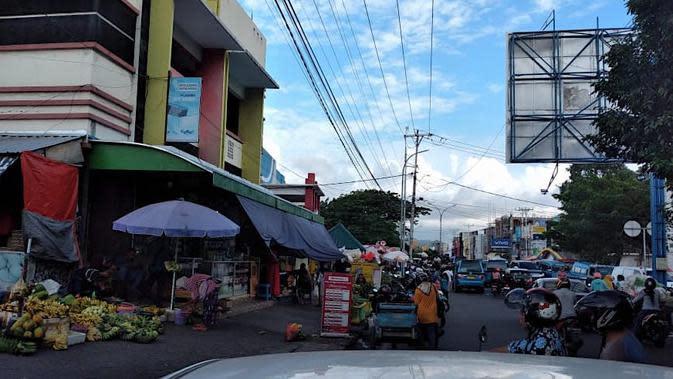 Aktivitas warga dan pedagang di sepanjang Pasar Higienis dan Barito, Kelurahan Gamalama, Ternate Tengah, Ternate. (Hairil Hiar/Liputan6.com)