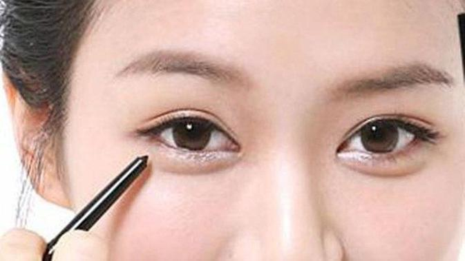 Ilustrasi eyeliner. (via: zomzaaa.com)