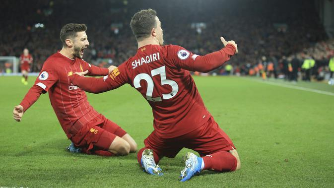 Gelandang Liverpool, Xherdan Shaqiri (kanan) berselebrasi dengan rekannya Adam Lallana (AP Photo/Jon Super)