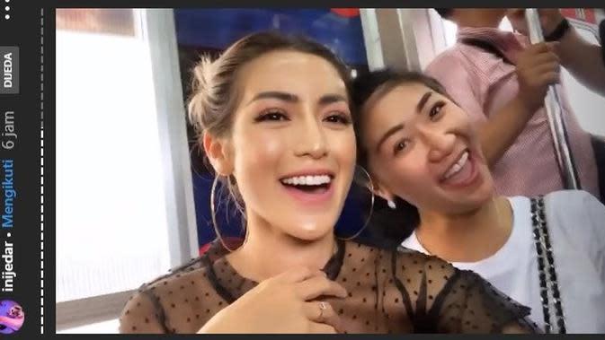 Gaya Nia Ramadhani dan Jessica Iskandar naik KRL (Sumber: Instagram/inijedar)