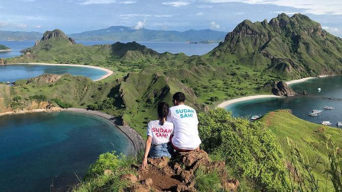 """""""Harap dipakai di tebing Pulau Padar"""" tulis Tiwi yang membagikan potret bersama suami saat menikmati indahnya pemandangan alam di Pulau Padar. (Instagram/tentangtiwi)"""