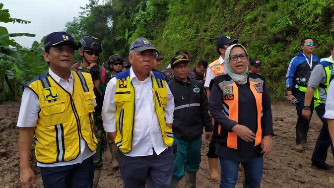 Menteri PUPR Basuki Hadimuljono meninjau lokasi longsor di Kecamatan Nanggung dan Sukajaya, Bogor, Minggu (5/1/2020).(Liputan6.com/ Achmad Sudarno)