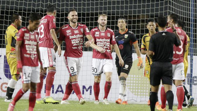 Striker Bali United, Ilija Spasojevic, tersenyum saat melawan Mitra Kukar pada laga Piala Presiden 2019 di Stadion Patriot, Jawa Barat, Minggu (3/3). Bali United menang 3-0 atas Mitra Kukar. (Bola.com/M Iqbal Ichsan)