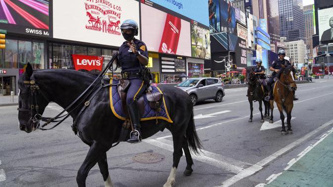 Polisi berkuda melakukan patroli di Times Square, New York, Amerika Serikat, Minggu (9/8/2020). Menurut Center for Systems Science and Engineering (CSSE) di Universitas Johns Hopkins, jumlah kasus COVID-19 di Amerika Serikat melampaui angka 5 juta pada Minggu (9/8). (Xinhua/Wang Ying)