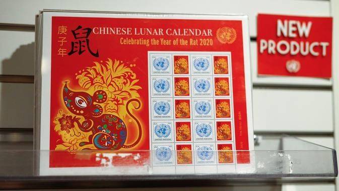 Foto yang diabadikan pada 13 Januari 2020 ini memperlihatkan carik kenangan (stamp sheet) edisi Tahun Tikus di Administrasi Pos Perserikatan Bangsa-Bangsa (UNPA), di markas besar PBB di New York. UNPA mengeluarkan prangko edisi khusus untuk merayakan Tahun Baru Imlek. (Xinhua/Li Muzi)