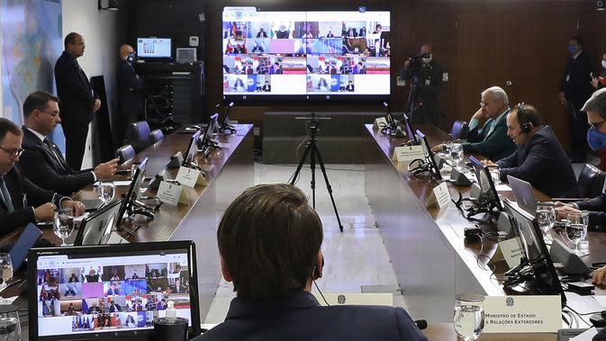 Presiden Brasil Jair Bolsonaro (tengah) saat mengikuti KTT Luar Biasa G20 secara virtual dari Brasilia, Brasil, Kamis (26/3/2020). Para pemimpin dunia mengkoordinasikan respons global terhadap pandemi virus corona COVID-19. (MARCOS CORREA/BRAZILIAN PRESIDENCY/AFP)