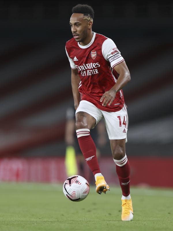 Penyerang Arsenal, Pierre-Emerick Aubameyang mengontrol bola saat bertanding melawan West Ham pada pertandingan lanjutan Liga Inggris di Stadion Emirates di London, Inggris, Sabtu (19/9/2020). Arsenal menang tipis 2-1 atas West Ham. (AP Photo/Ian Walton, Pool)