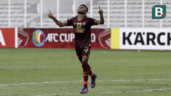Striker PSM Makassar, Yakob Sayuri, melakukan selebrasi usai mencetak gol ke gawang Shan United pada laga Piala AFC 2020 di Stadion Madya, Senayan, Jakarta, rabu (26/2). PSM menang 3-1 atas Shan United. (Bola.com/Yoppy Renato)