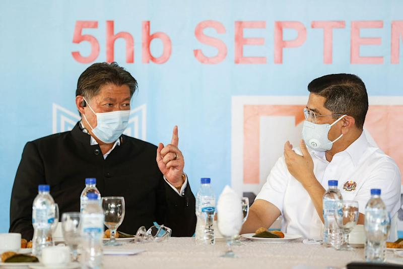 Datuk Seri Mohamed Azmin Ali (right) speaking with Fermpro Sdn Bhd managing director Datuk Siew Ka Wai (left) in Chuping, Perlis on September 5th. — Picture by Sayuti Sainudin