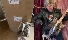 叔叔遺體遭退回 狂男DIY「人骨電吉他」爆紅