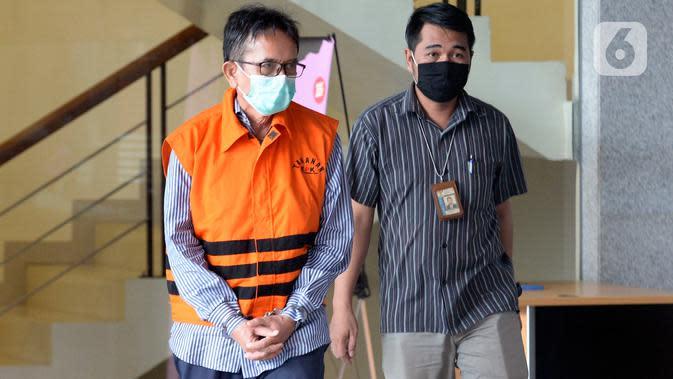 Mantan Direktur Utama PT Dirgantara Indonesia (PTDI) Budi Santoso (kiri) meninggalkan KPK usai ditetapkan sebagai tersangka di Jakarta, Jumat (12/6/2020). KPK menahan Budi Santoso dalam kasus dugaan korupsi kegiatan penjualan dan pemasaran pesawat PTDI tahun 2007-2017. (merdeka.com/Imam Buhori)