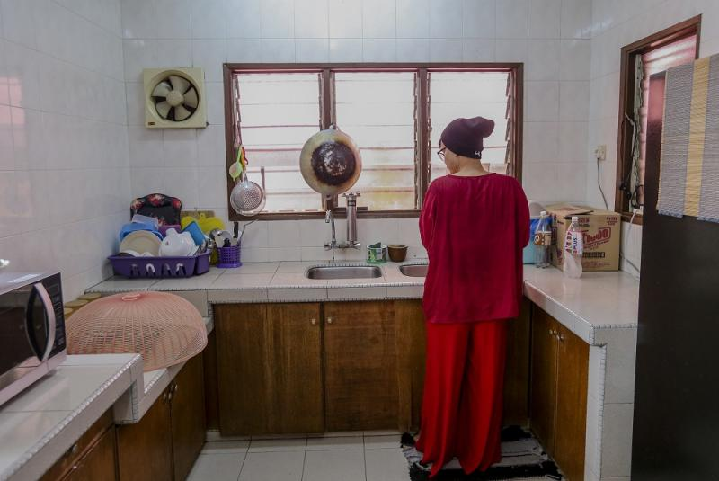 Cooking and cleaning is a communal effort where every resident pitches in. ― Picture by Firdaus Latif