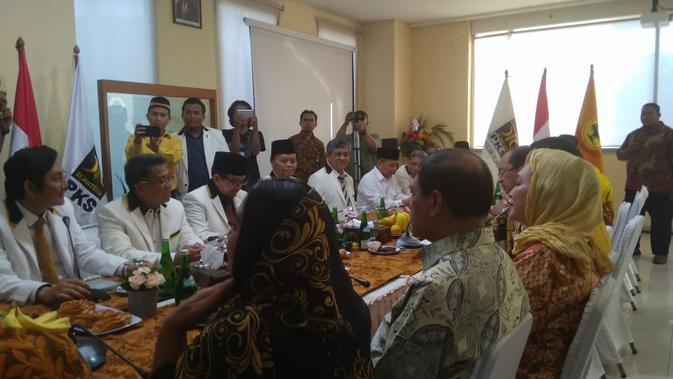 Presiden Partai Keadilan Sejahtera (PKS), Sohibul Iman Menyambut Kedatangan Para Pimpinan Partai Berkarya di DPP PKS, Jalan TB Simatupang, Jakarta Selatan, Selasa (19/11/2019). (Foto: Ade Nasihudin Al Ansori/Liputan6.com)