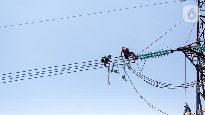 Pekerja memperbaiki kabel listrik Pembangkit Listrik Tenaga Uap (PLTU) Banten 3 Lontar, di Kabupaten Tangerang, Rabu (29/4/2020). PLN (Persero) memutuskan untuk menunda sejumlah proyek listrik meski berpotensi mengganggu jalannya program 35.000 MW. (Liputan6.com/Fery Pradolo)