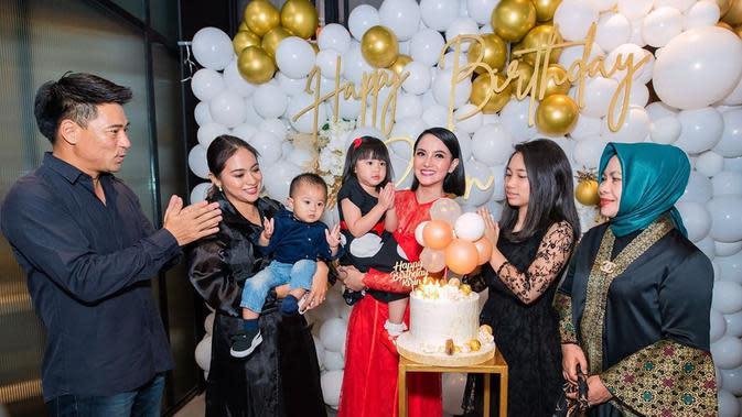 Pada ulang tahunnya kali ini, Ririn didampingi kedua anaknya, adiknya, dan orang tuanya. Orang-orang dekatnya ini yang selalu memberikan dukungan kepada Ririn. (Instagram/ririnekawati)