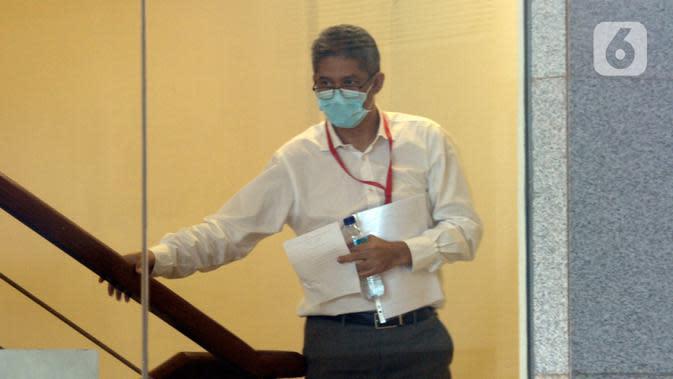 Dirut PT Bumiloka Tegar Perkasa , Nanang Hamdani Basnawi bersiap menjalani pemeriksaan oleh penyidik terkait kasus dugaan korupsi kegiatan penjualan dan pemasaran pesawat pada PT. Dirgantara Indonesia tahun 2007-2017 di Gedung KPK, Jakarta, Kamis (2/7/2020). (merdeka.com/Dwi Narwoko)