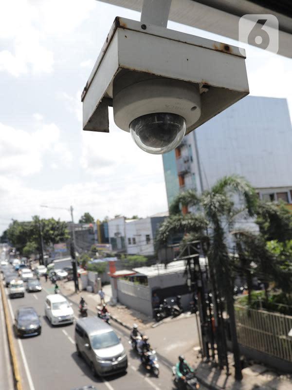 Kamera pengawas terpasang di area halte bus transjakarta di kawasan Buncit Raya, Jakarta, Selasa (14/1/2020). Lewat kamera CCTV tersebut, Kepolisian Lalu Lintas dapat mendeteksi aktivitas pengemudi yang melanggar aturan di ruas jalur bus Transjakarta. (Liputan6.com/Herman Zakharia)