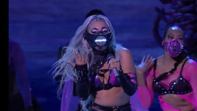 Sejumlah penari latar mengenakan masker Diana M Putri dari Diana Couture saat tampil bersama Lady Gaga (Dok.Diana M Putri)