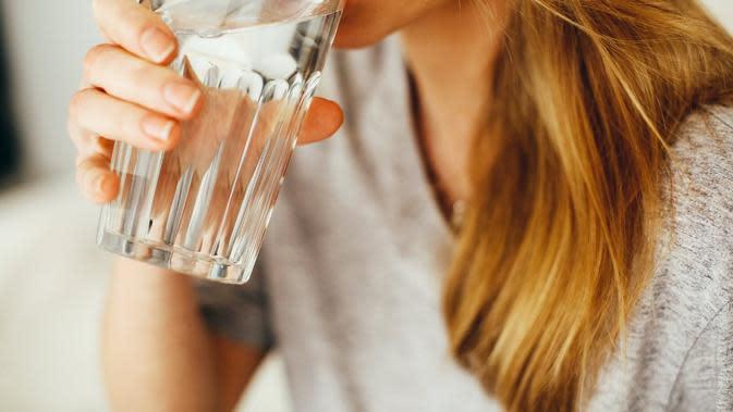 Ilustrasi minum air putih. (dok. Daria Shevtsova/Pexels/Brigitta Bellion)