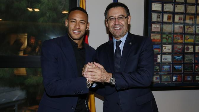 Neymar (kiri) dan Presiden Barcelona, Josep Maria Bartomeu, usai acara penandatanganan kontrak baru, di Barcelona, Jumat (21/10/2016). (Barcelona).