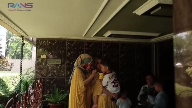 7 Penampakan Isi Rumah Klasik Nenek Raffi Ahmad, Harga Ditaksir Rp 100 Miliar (sumber: YouTube Rans Entertainment)