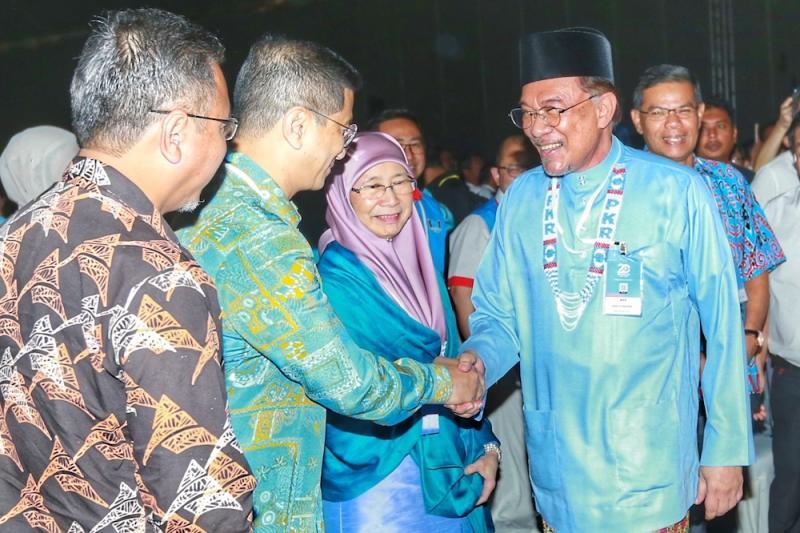 PKR president Datuk Seri Anwar Ibrahim shakes hand with his deputy president Datuk Seri Azmin Ali during the PKR National Congress in Melaka December 7, 2019. — Picture by Ahmad Zamzahuri
