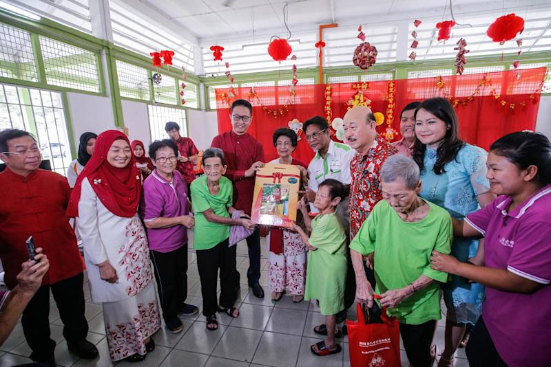 Tun Dr Siti Hasmah Mohamad Ali (centre) gives out donations during the Chinese New Year celebration at King George V Old Folks' Home Kuala Lumpur on January 28, 2020. — Picture by Hari Anggara