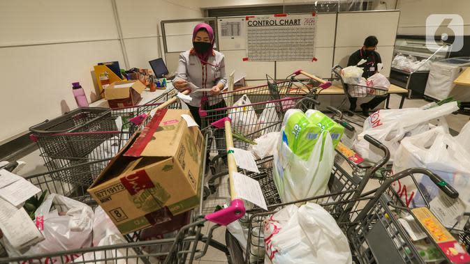 Karyawan mengecek belanja konsumen yang dipesan melalui aplikasi WA di supermarket AEON Mall BSD City, Tangerang, Rabu (3/6/2020). Hanya order melalui aplikasi WA, supermarket AEON mengantar kebutuhan belanja tanpa dikenakan biaya pengiriman selama pandemi Covid-19. (Liputan6.com/Fery Pradolo)